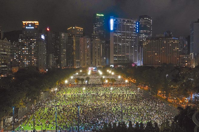 儘管港府以防疫為由,禁止舉辦大型六四悼念晚會,但泛民主派人士及支持者在香港18區各自舉行相關集會。圖為香港維多利亞公園。(美聯社)