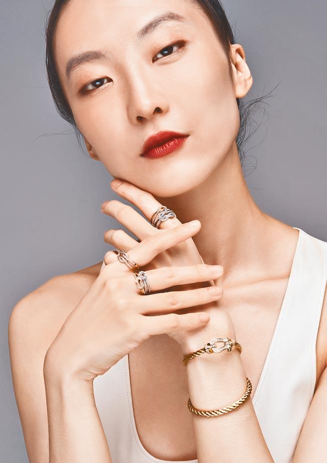伊林名模蕭堯的「美麗之路」非常勵志,小時曾被笑醜,如今則是走上國際伸展台的國際名模,佩戴FRED珠寶展現自信美。(JOJ PHOTO攝.服裝提供/Ferragamo)