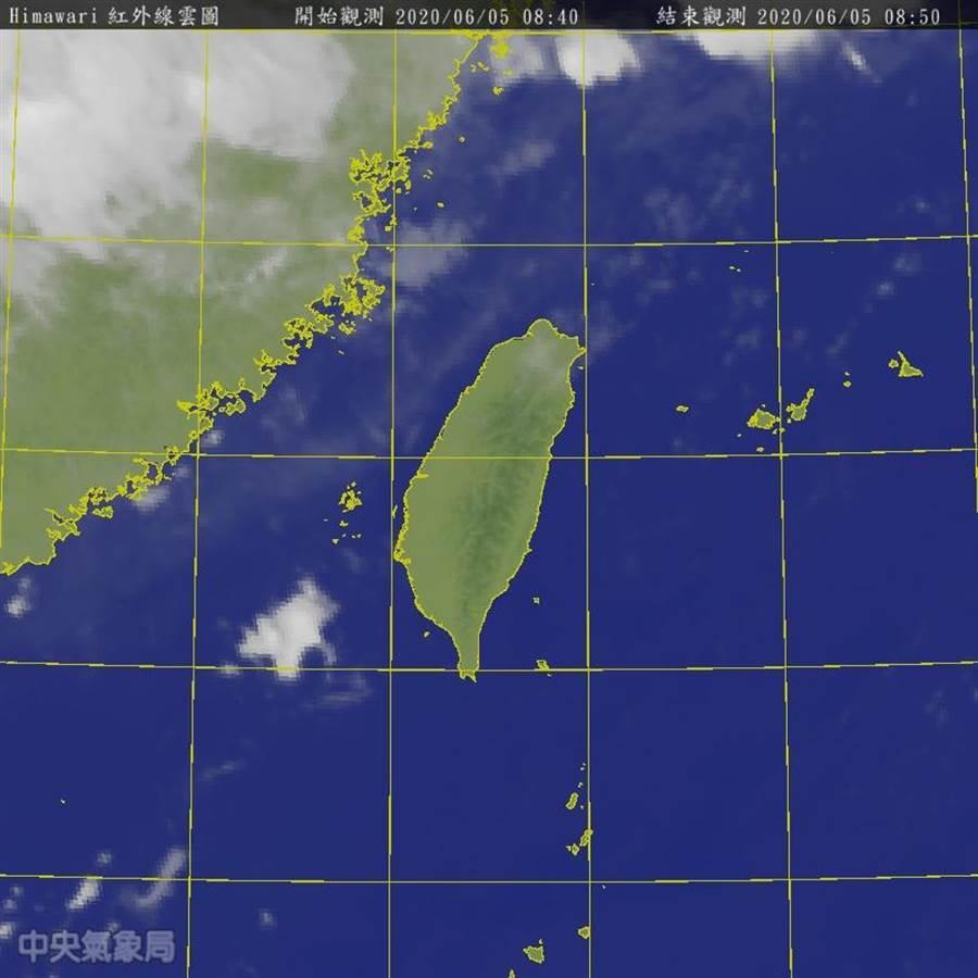 氣象專家吳德榮說,最快周日鋒面掠過台灣北部海面,有局部性陣雨或雷雨的機率。此為今早最新雲圖。(圖擷自氣象局)