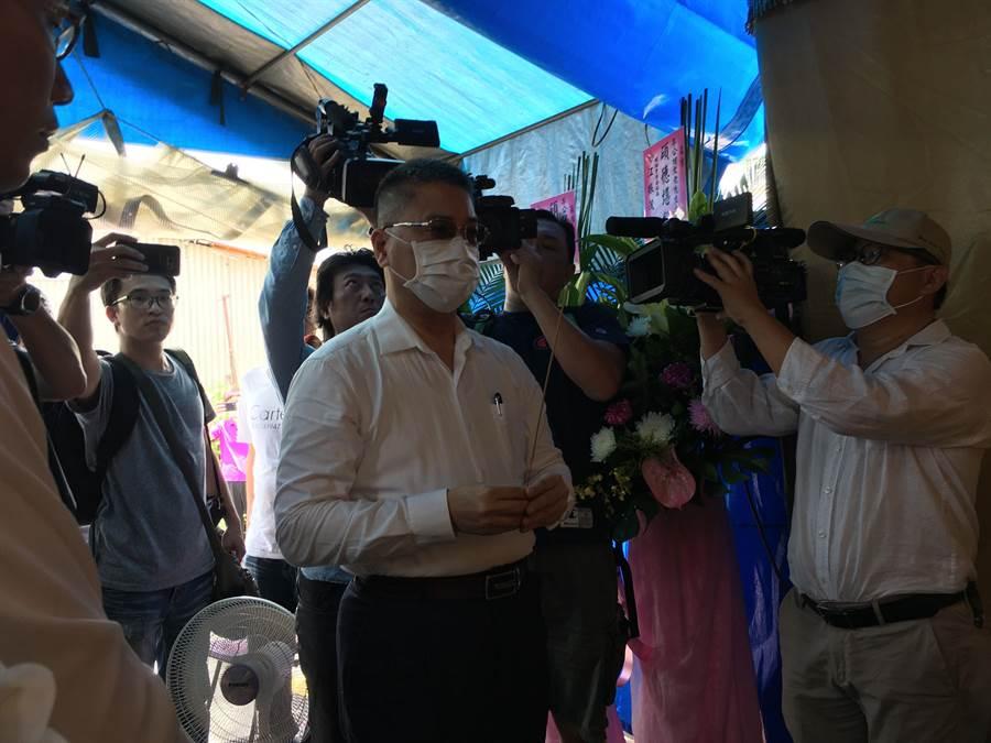 內政部長徐國勇到李父靈前上香致哀。(廖素慧攝)