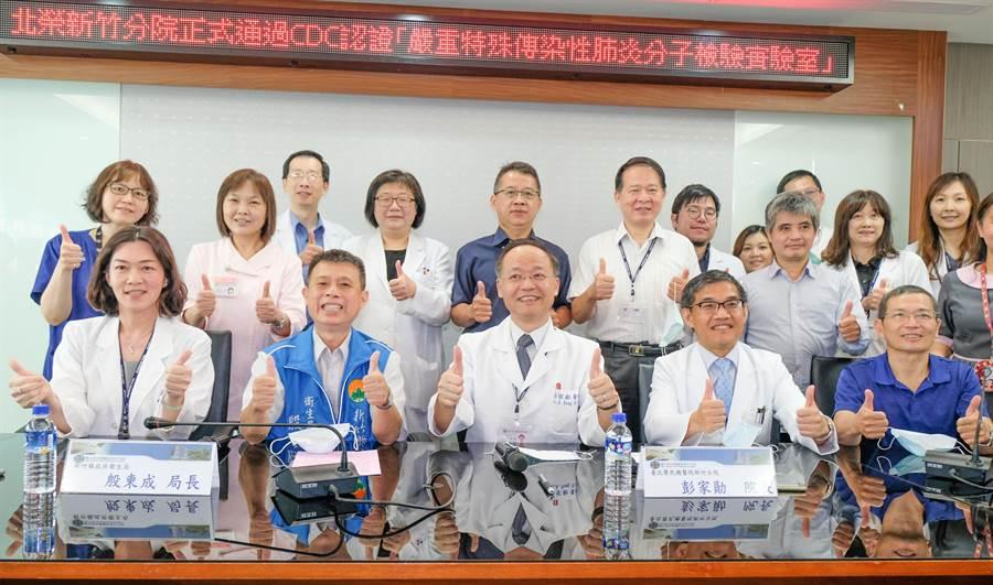 北榮新竹分院院長彭家勛(中)帶同團隊和衛生局長殷東成(左二)宣佈「P2負壓分子生物實驗室」啟用。(羅浚濱攝)