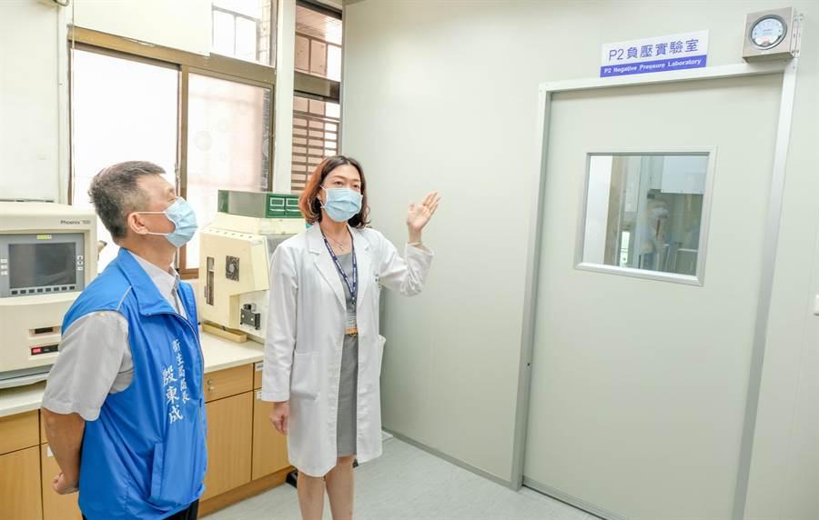 北榮新竹分院病理檢驗科主任楊婉華(右)向 衛生局長殷東成(左)介紹「P2負壓分子生物實驗室」。(羅浚濱攝)