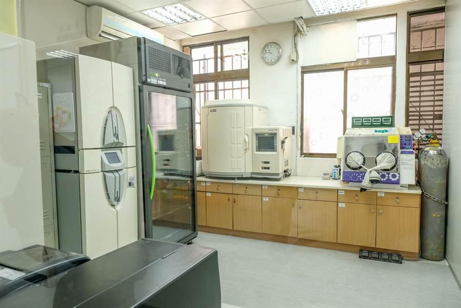 北榮新竹分院「P2負壓分子生物實驗室」,篩檢新冠肺炎病毒,4小時可得知檢測結果。(羅浚濱攝)