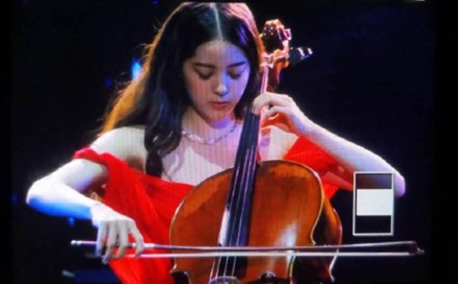 歐陽娜娜演奏到一半時,肩帶突然無預警滑落。(圖/微博)