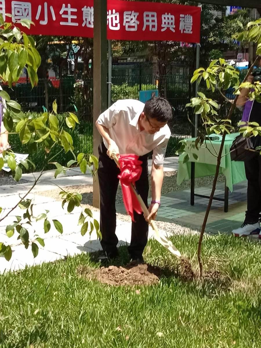 新北市致力於環境教育推動,教育局長張明文今(5日)出席秀朗國小「一校千樹」活動。(新北市教育局提供)