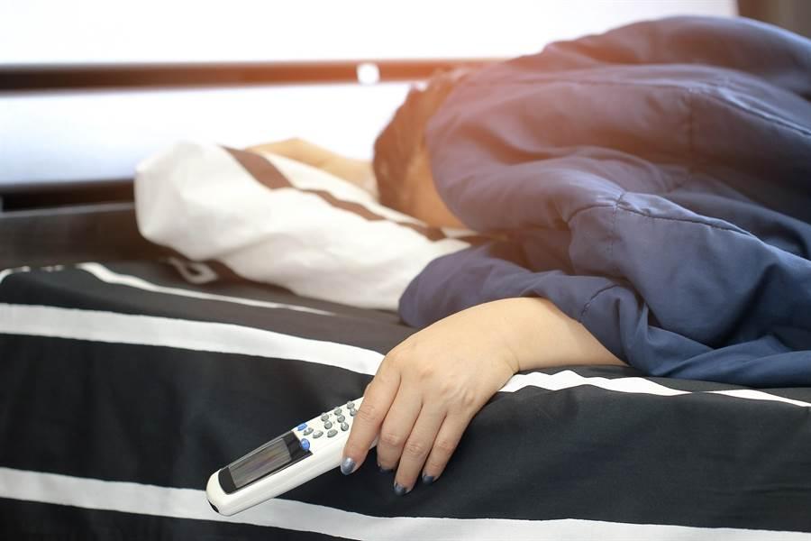 面對炎炎夏日,不開冷氣要怎麼睡?網曝「神組合」:照樣能睡好睡滿。(圖/Shutterstock)