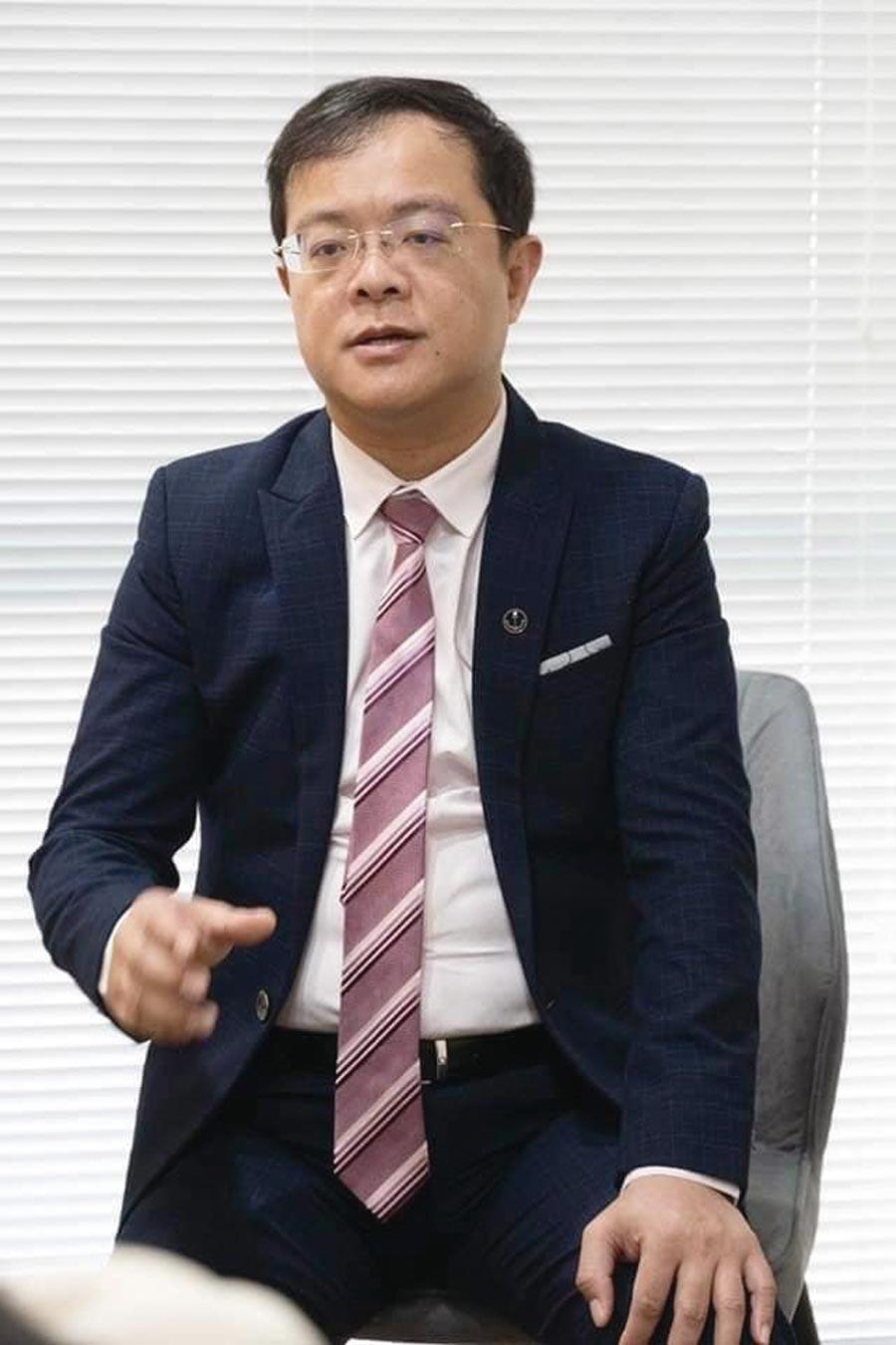 呂原富強調,億萬房產集團提供近300位的專業團隊協助客戶投資房地產。圖/江富滿