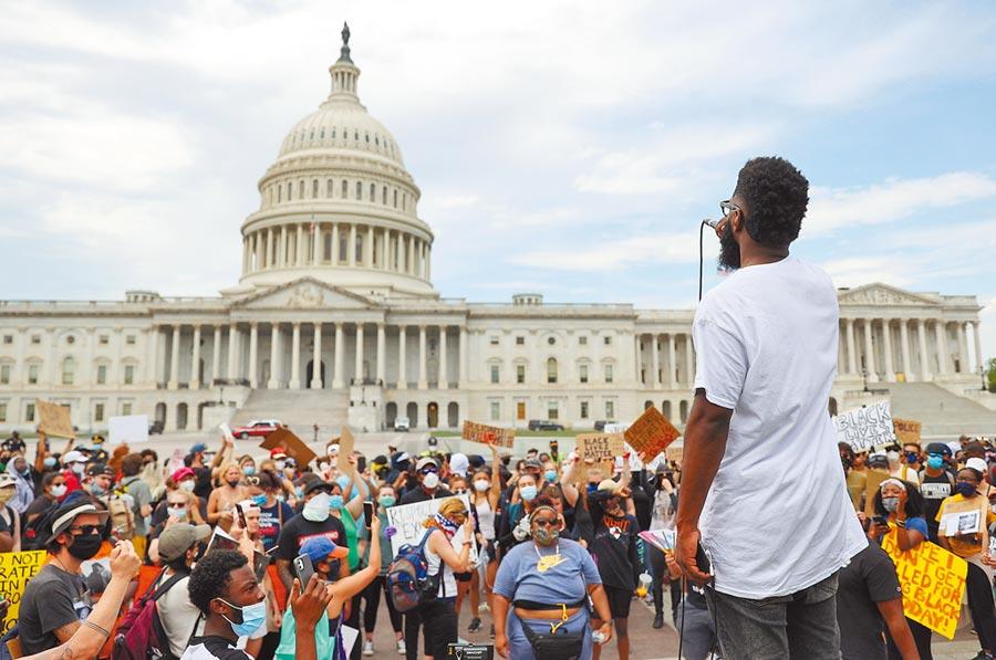 在華盛頓,林肯紀念堂已經有美軍駐守,但黑人的命也是命的抗議活動仍在持續。圖為抗議者在美國國會大廈前舉牌示威。(路透)