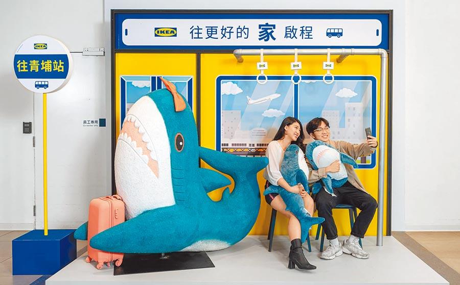 IKEA桃園店7月22日將閉店,特別設立超人氣鯊魚公車站,歡迎來拍照打卡。(IKEA提供)