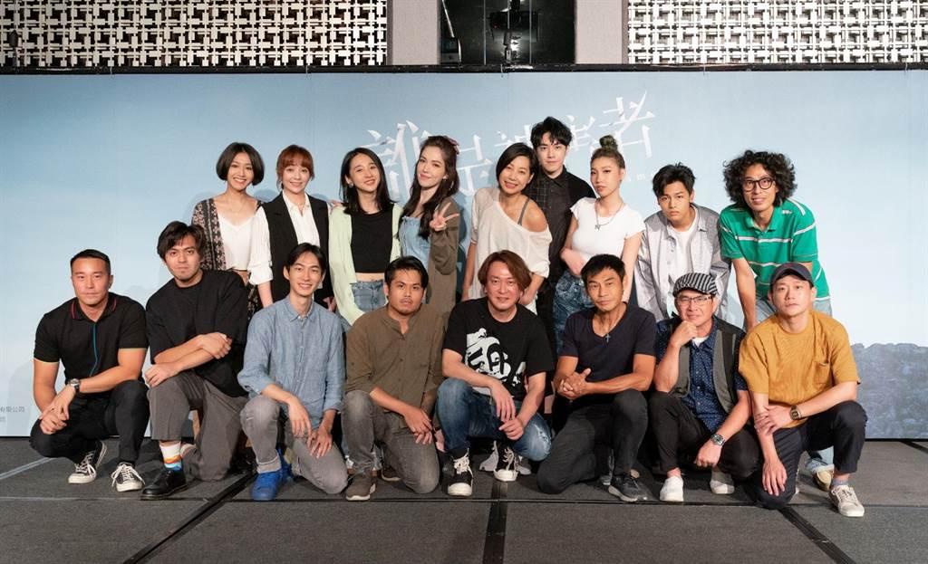 《誰是被害者》全體演員與歌手合照。(瀚草影視提供)