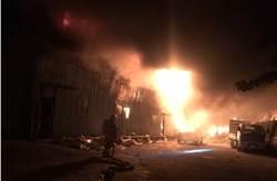 紙風車劇團八里倉庫凌晨惡火 吞噬2間廠房1人燒傷