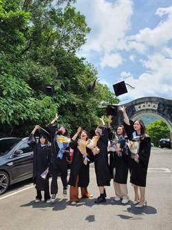 華梵大學「品德校園」很溫馨 畢典致贈每名畢業生蝴蝶蘭