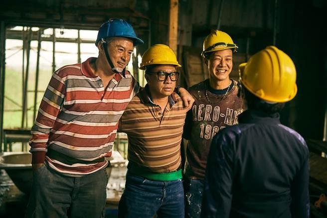 《做工的人》李銘順(左)、游安順(中)、薛仕凌(右)組工地男團「噗嚨共 」大做發財夢。(大慕影藝提供)