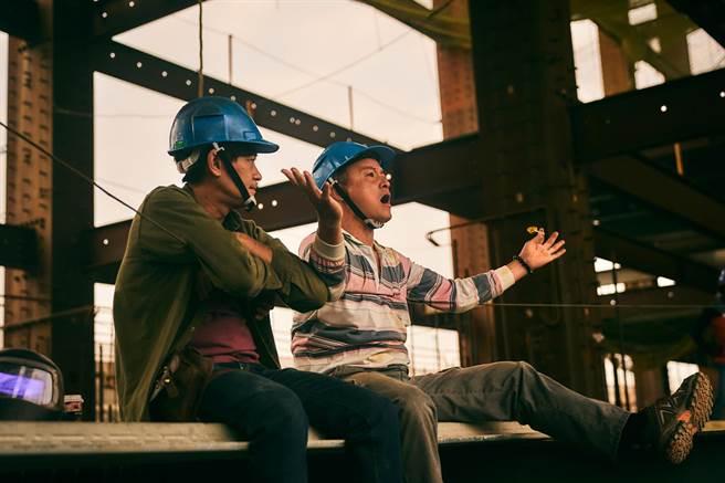 《做工的人》李銘順(右)與柯叔元所呈現的鐵工兄弟「阿祈」與「阿欽」。(大慕影藝提供)