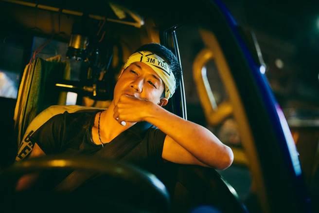 《做工的人》薛仕凌飾演以車為家的怪手司機。(大慕影藝提供)