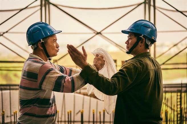 《做工的人》李銘順(左)與柯叔元劇中兩兄弟,在工地即興搬演布袋戲人物「素還真」過招。(大慕影藝提供)