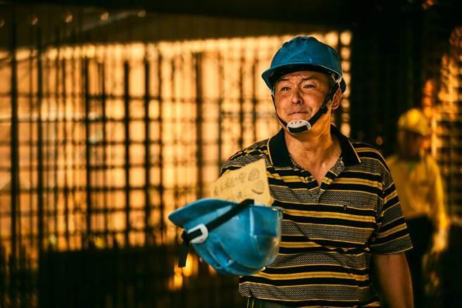 《做工的人》李銘順劇中為受傷的工人募款醫藥費,卻傳來噩耗。(大慕影藝提供)