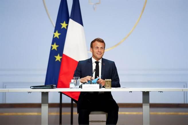 法國總統府官員透露,馬克洪和習近平通了一個半小時的電話,強調對香港「一國兩制」原則的支持。圖為馬克洪在愛麗榭宮。(路透)