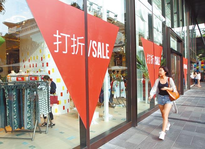 商業服務業下半年仍衰退。圖為服飾業者打折吸引買氣。(本報資料照片)