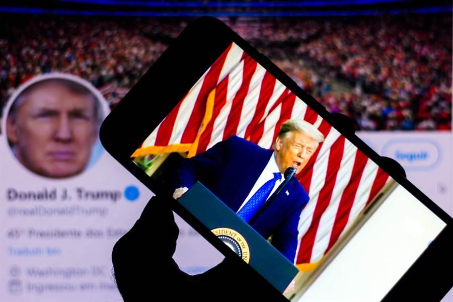 外媒報導指出,將近有30多個發布「新冠病毒是大陸生化武器」相關謠言的推特帳號,其實與美國總統川普、共和黨以及極右派陰謀論支持者「匿名者Q」群組相關。(示意圖/達志影像)