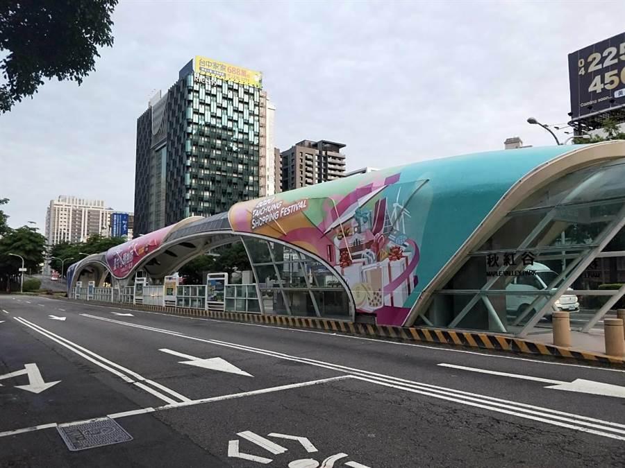 台中市府在台灣大道秋紅谷公車專用道站體,彩繪台中購物節意象。(盧金足攝)