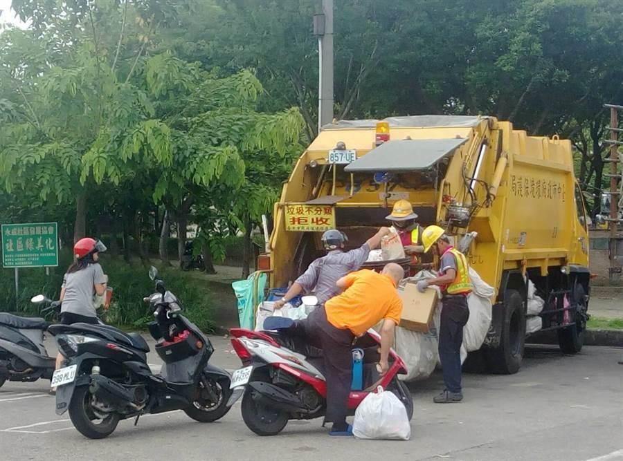 環保署今年6月4日已頒布「清潔人員職業安全衛生促進小組要點」,落實清潔隊員垃圾收運工作安全,防止職業災害。(陳世宗攝)