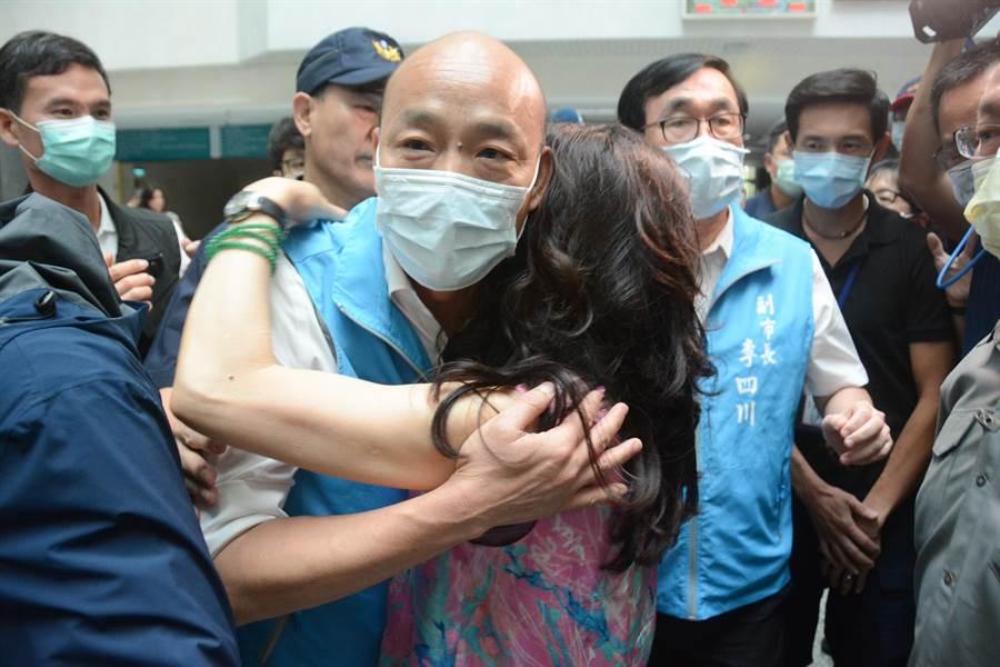 一名女韓粉激動落淚,上前擁抱韓國瑜。(林宏聰攝)