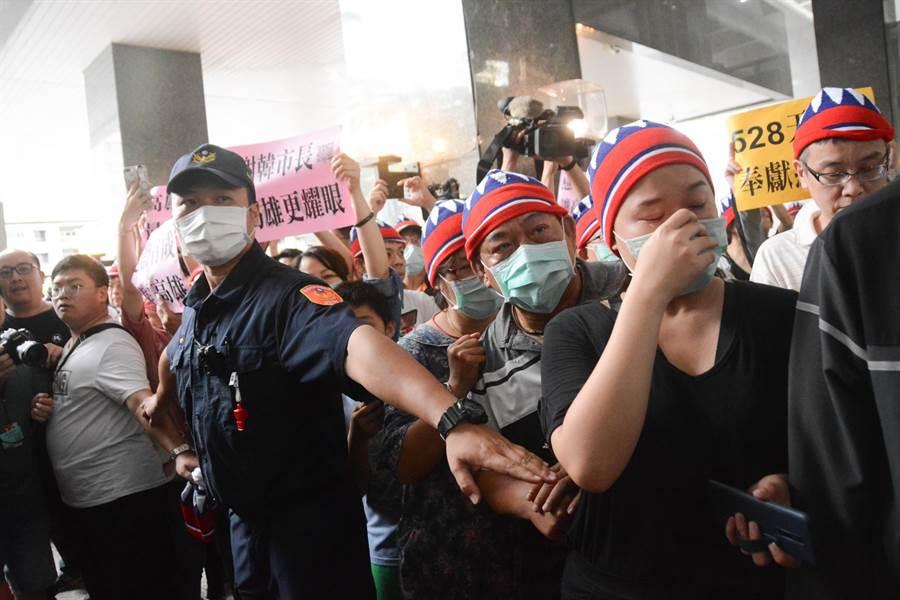 韓國瑜支持者無法進入市府中庭,等在大門口遠遠為他加油打氣。(林宏聰攝)
