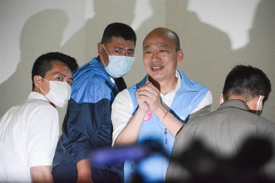 6月6日,高雄市長韓國瑜步上樓梯時,最後仍不忘微笑著向媒體及支持者拱手致意。(林宏聰攝)