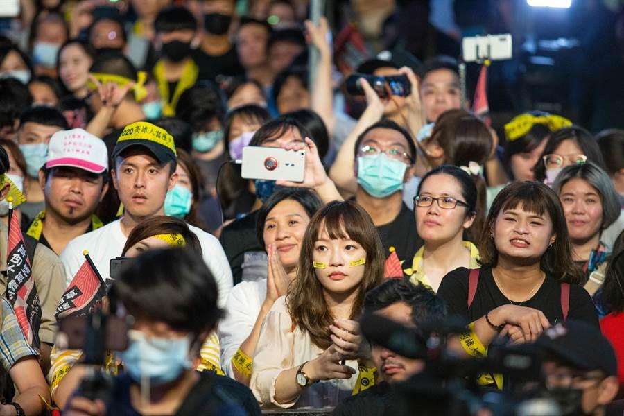罷韓總部前聚集人潮,先是陷入瘋狂,隨之而來是激動的情緒湧上心頭。(袁庭堯攝)