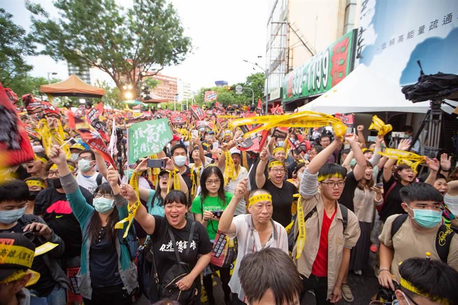 罷韓總部前支持者隨著罷免得票數不斷增高漲、氣勢大增。(袁庭堯攝)