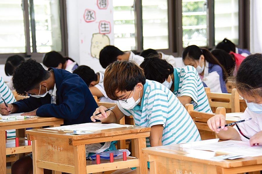 國中教育會考成績5日出爐,專家分析,各校申請成績將比去年些微上揚0.2分左右。(本報資料照片)