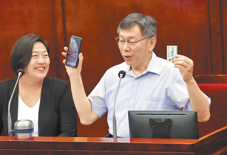 台北市近5年出生人數大減,議員張斯綱5日要求市長柯文哲(右)應加碼生育獎勵金與育兒津貼。(鄭任南攝)