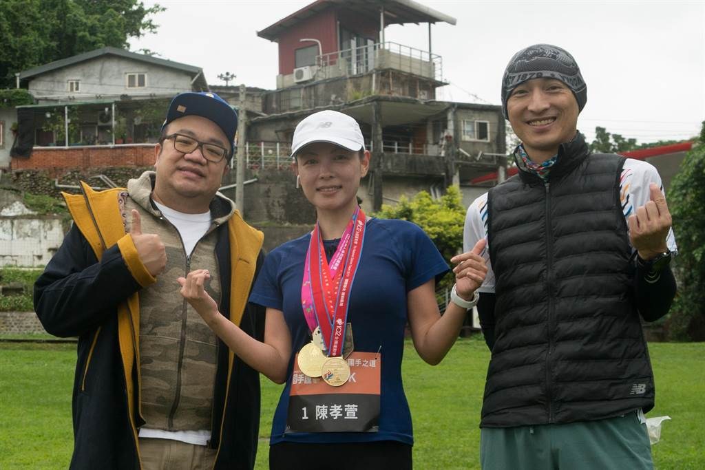 陳孝萱完成半馬,開心和導演葉天倫(左)、總教練王冠翔(右)合影。(一間二顧公益行銷平台提供)