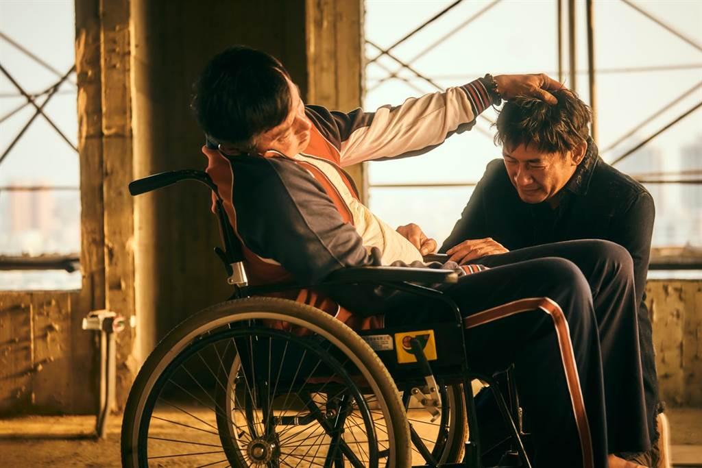《做工的人》李銘順(左)最後道別讓弟弟柯叔元淚流滿面不捨。(大慕影藝提供)