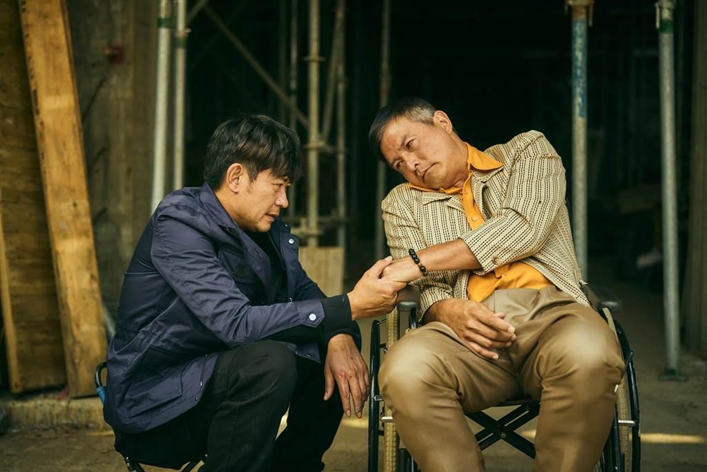 柯叔元劇中緊握哥哥李銘順的手。(大慕影藝提供)