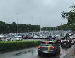 解封首日雖下雨 麗寶Outlet5000車位2小時全滿