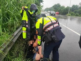 和家人吵架婦人淋雨蹲路旁 警當和事佬助返家