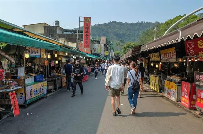全台防疫解封首日,新竹縣內灣等老街商圈,仍感受不到人潮商機。(羅浚濱攝)