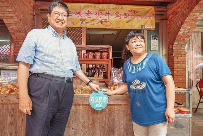 新竹縣長楊文科(左)與商家共同貼上「安心旅遊標章」。(羅浚濱攝)