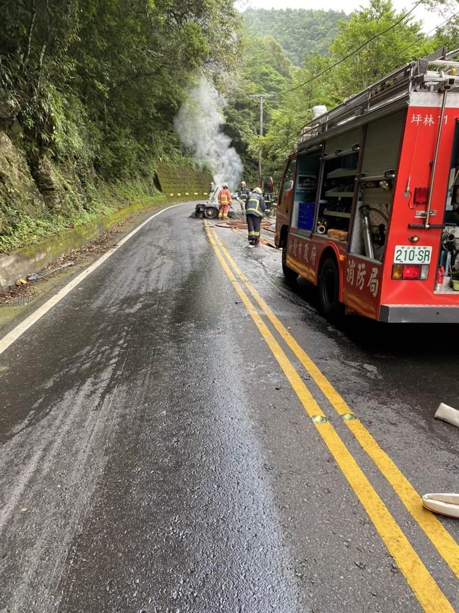 46歲蘇姓男子今(7日)上午7時許,駕駛保時捷跑車自撞後起火燃燒。(翻攝照片)