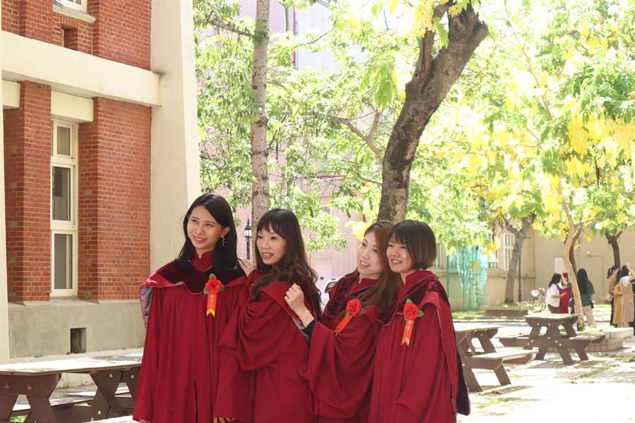 畢業生開心合影,留下青春記錄。(李宜杰攝)