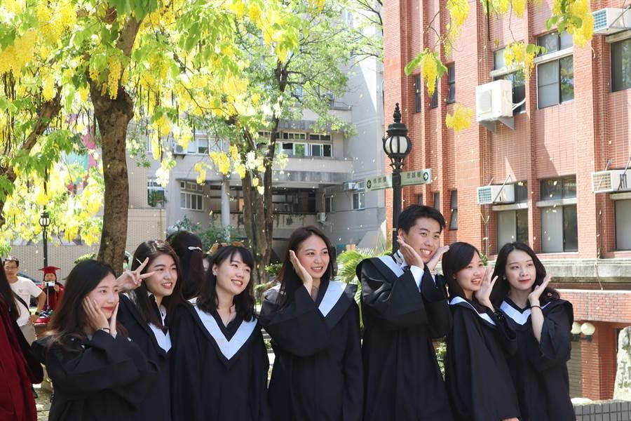 黃金雨紛飛,畢業生笑逐顏開,準備展翅高飛。(李宜杰攝)
