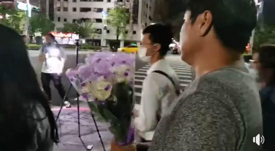 杏仁哥與其他挺韓大將,發起白玫瑰運動,悼念議長許崑源。(圖/摘自杏仁哥臉書)