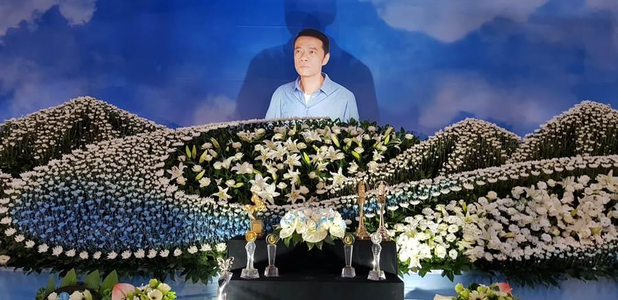 吴朋奉告别式灵堂设计以他喜欢的环保海洋风为主。(金熙国际提供)