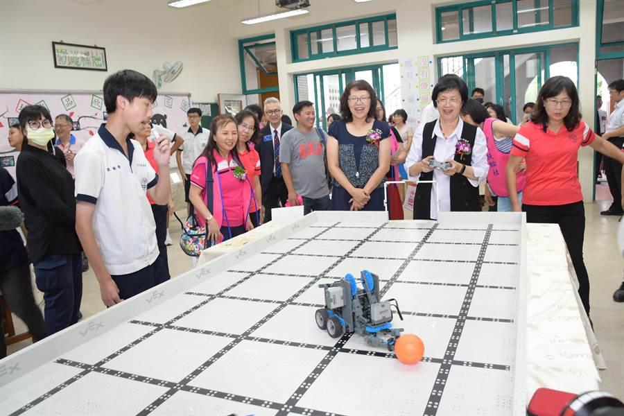 彰化縣偏鄉學校芬園國中的創客基地、多功能機器人教室7日正式揭牌成立,師生們精心規劃設計多個AI機器人關卡,彰化縣長王惠美(右2)在學生說明下,開心體驗操控。(謝瓊雲攝)