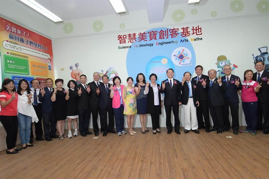 在國際扶輪社的協助捐助下,彰化縣偏鄉學校芬園國中的創客基地、多功能機器人教室7日正式揭牌成立。(謝瓊雲攝)