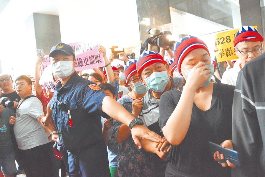 韓國瑜支持者無法進入高雄市府中庭,等在大門口遠遠的為他加油打氣,還有人流下眼淚。(林宏聰攝)