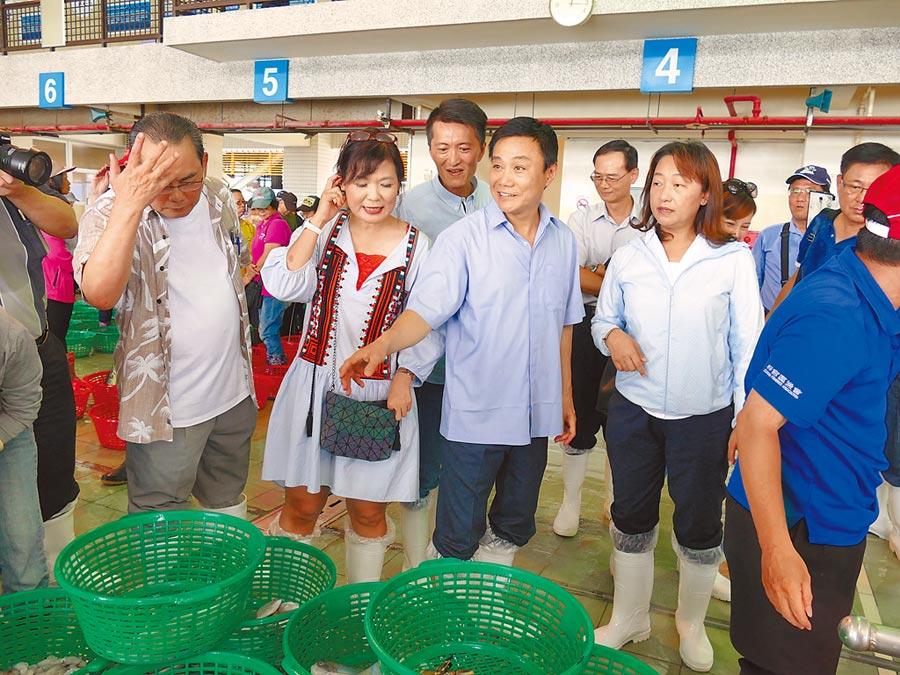 許崑源擔任議長獲藍綠肯定。圖為許崑源(右二)率隊參訪蚵仔寮魚市場。(巿議會提供)