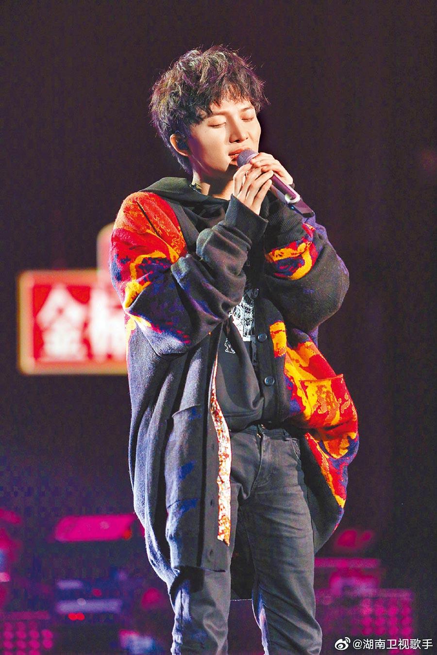周深在湖南衛視《歌手‧當打之年》節目中大展歌喉。(翻攝微博)